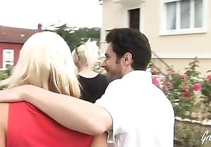 Sabrina se fait baiser par deux gros chibres