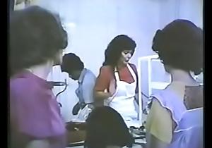 Claudia Tate, actriz de cine y fotonovelas es atacada por &quot_Los Tejones&quot_, una pandilla de desalmados en la pel&iacute_cula &quot_Barrio salvaje&quot_.