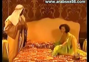 شيخ سعودي يدفع المال لعاهرة لكي ينيكها