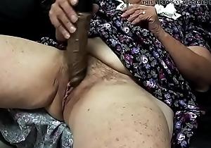 Abuela masturb&aacute_ndose delante de su esposo y cornedor velluda