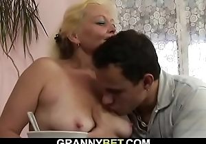 Heaviness mama spreads arms for young dick