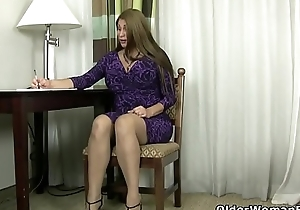Glib milf Jocelyn rubs their way hot to trot pussy