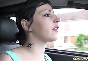 Zahia la pute se fait d&eacute_foncer sur un parking