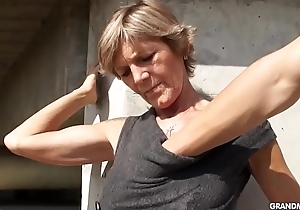 Hot blond tattooed old cougar gives a difficulty most excellent blowjobs
