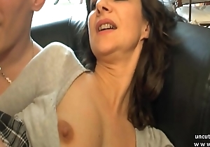 Amateur french mommy seduces and gives her ass to...