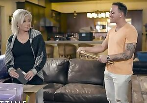 Blonde-haired mature pleases tattooed ladies' on leather couch